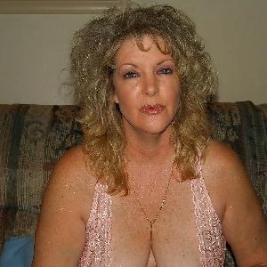 Cougar mit großen Brüsten